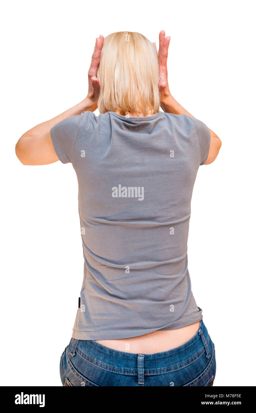 Retour portrait de femme blonde assise a souligné avec Grey T-shirt couvrant ses oreilles avec les mains. Découper Banque D'Images