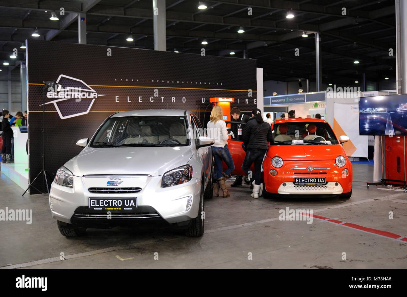 De nouvelles voitures hybrides plug-exposition a fait preuve au cours de 2018 EN UKRAINE. Le 2 mars 2018. Kiev Expo Photo Stock