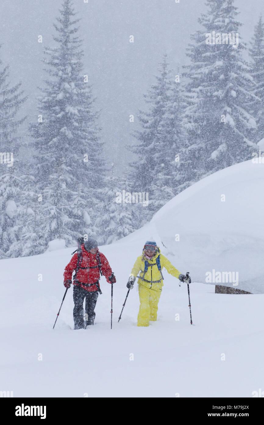 Walker en raquettes près de St Anton à l'Arlberg, Tyrol, Autriche, Photo Stock
