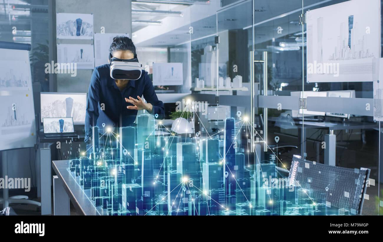 Professional female architect portant un casque de réalité augmentée