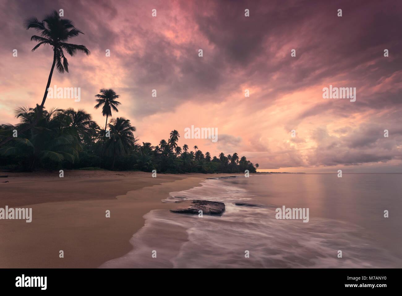 Plage de rêve dans le coucher du soleil des Caraïbes, Punta Vacia, Puerto Rico, l'île des Caraïbes, Photo Stock