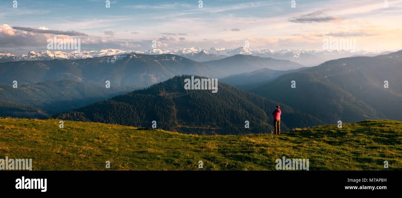 Randonneur dans paysage alpin à couper le souffle de l'avant dans les Alpes autrichiennes à montagne Photo Stock
