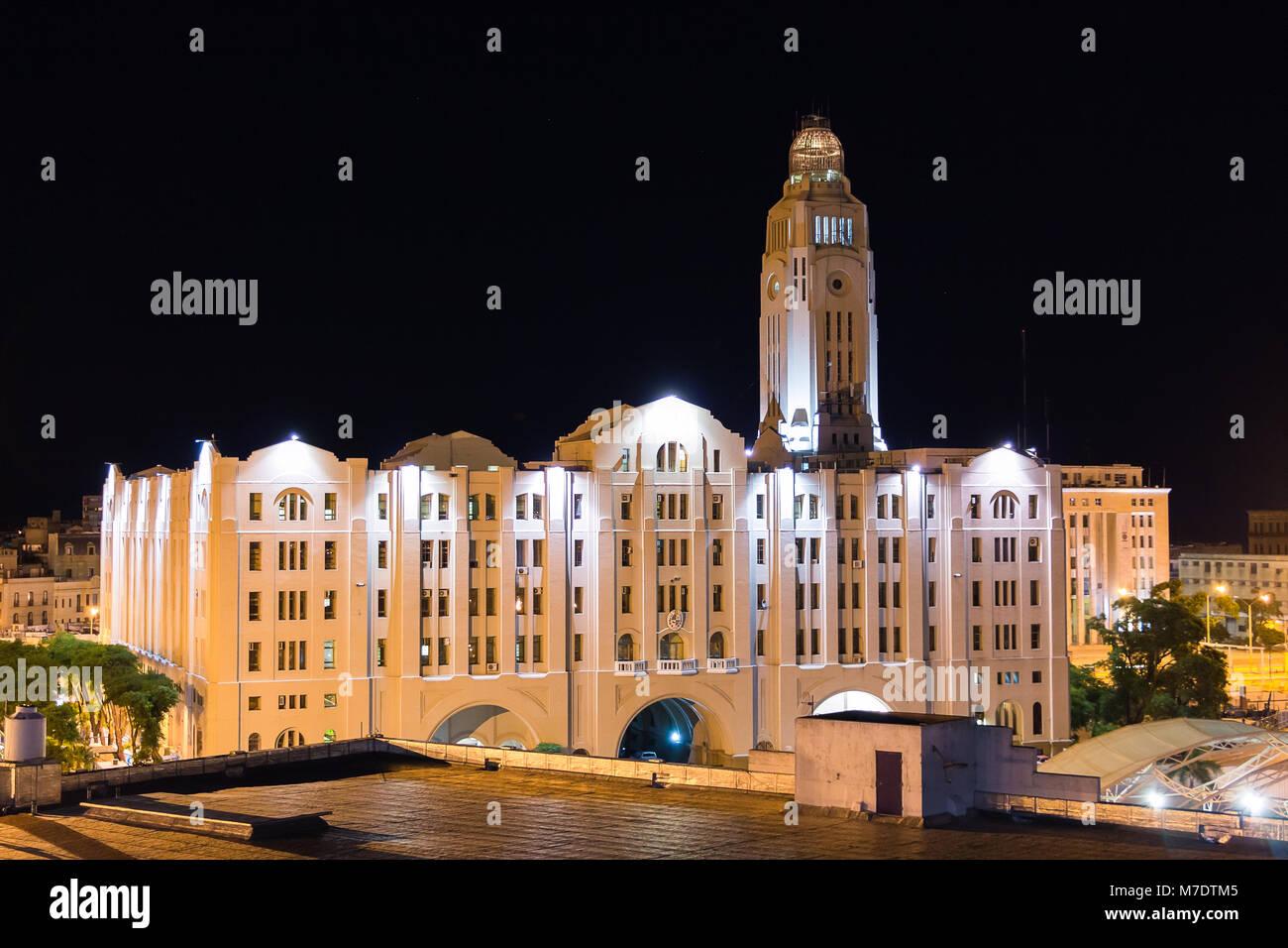 Montevideo, Uruguay - 25 Février 2018: l'édifice des douanes (Aduana de Montevideo) la nuit Photo Stock