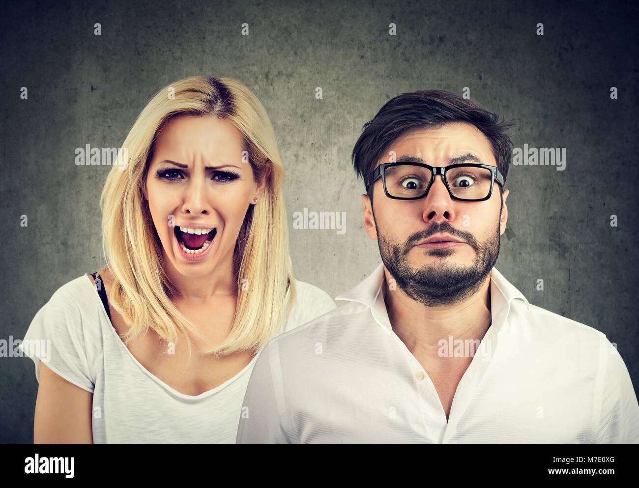 Fou de colère femme criant et craintif a souligné l'homme Photo Stock