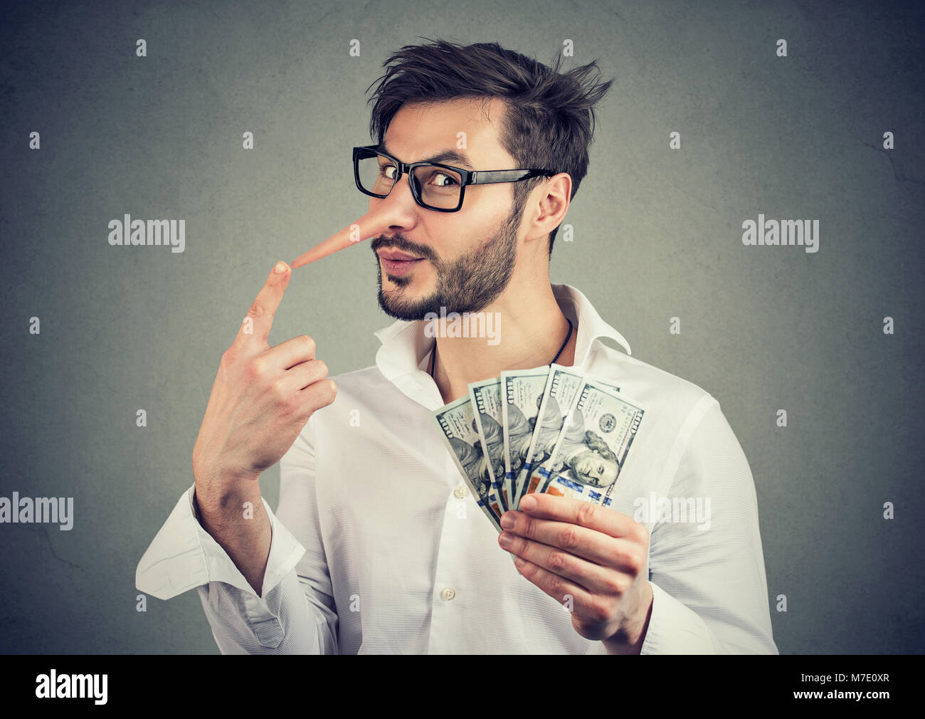 Concept de fraude financière. Menteur business man with dollar cash Photo Stock