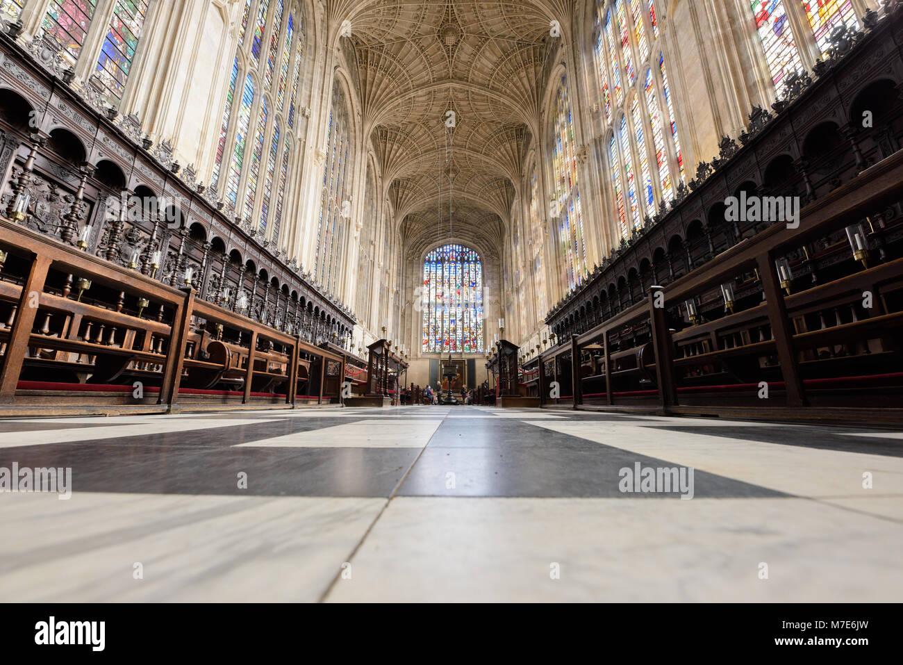 Le choeur avec son marbre, vitraux, et ventilateur de plafond dans la chapelle du King's College, Université de Cambridge, en Angleterre. Banque D'Images