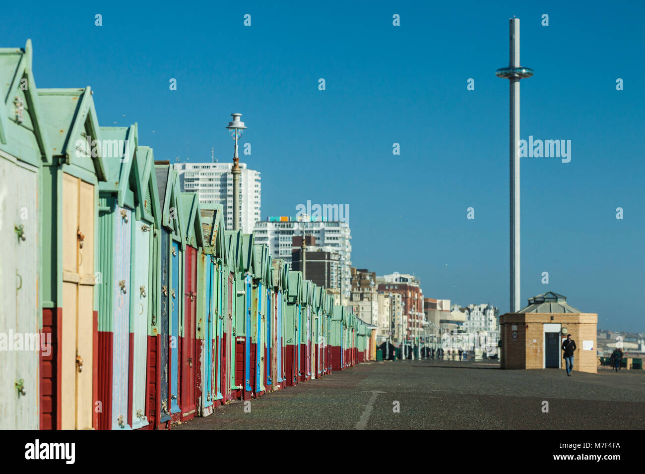 Front de mer de Brighton, East Sussex, Angleterre. i360 tower au loin. Photo Stock