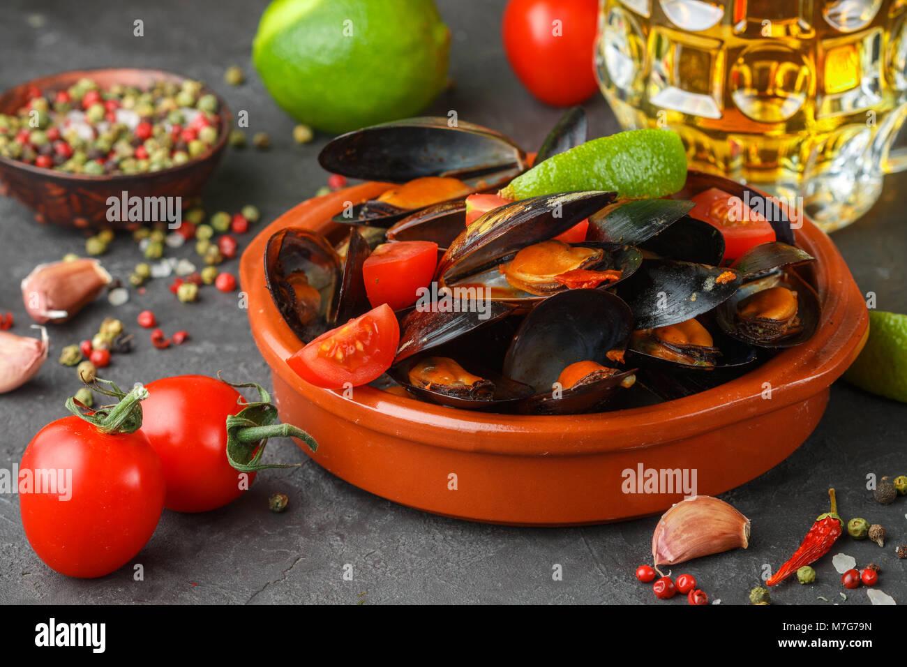 Les moules en coquilles avec tomates et sauce épicée de piments et l'ail. Délicieux en-cas à la bière. Des plats méditerranéens. Selective focus Banque D'Images