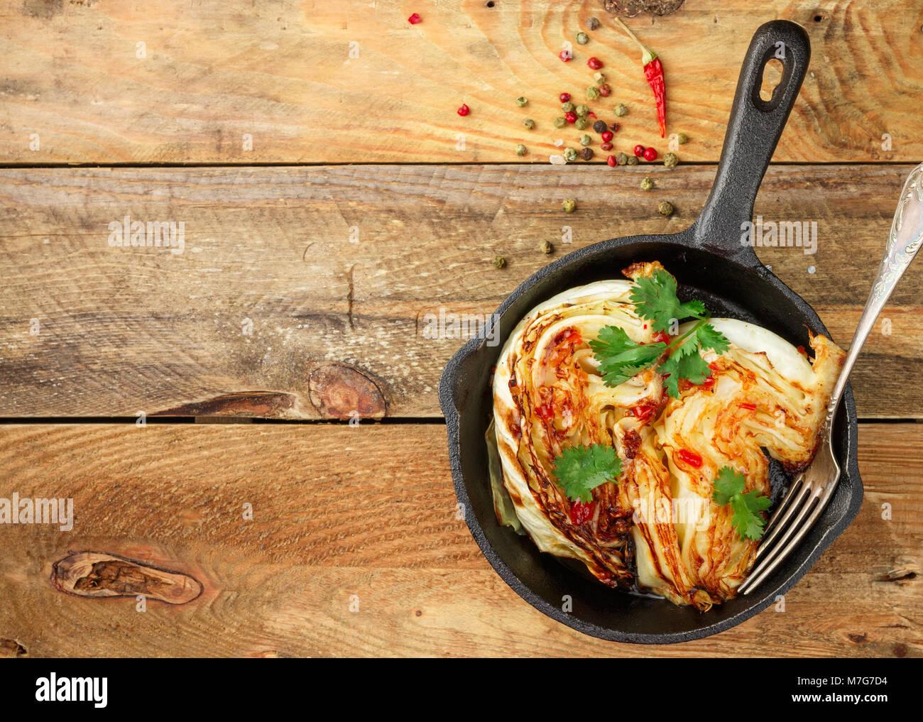 Le chou cuit avec des épices biologiques, la coriandre et la sauce chaude. Focus sélectif. Copier l'espace. Photo Stock