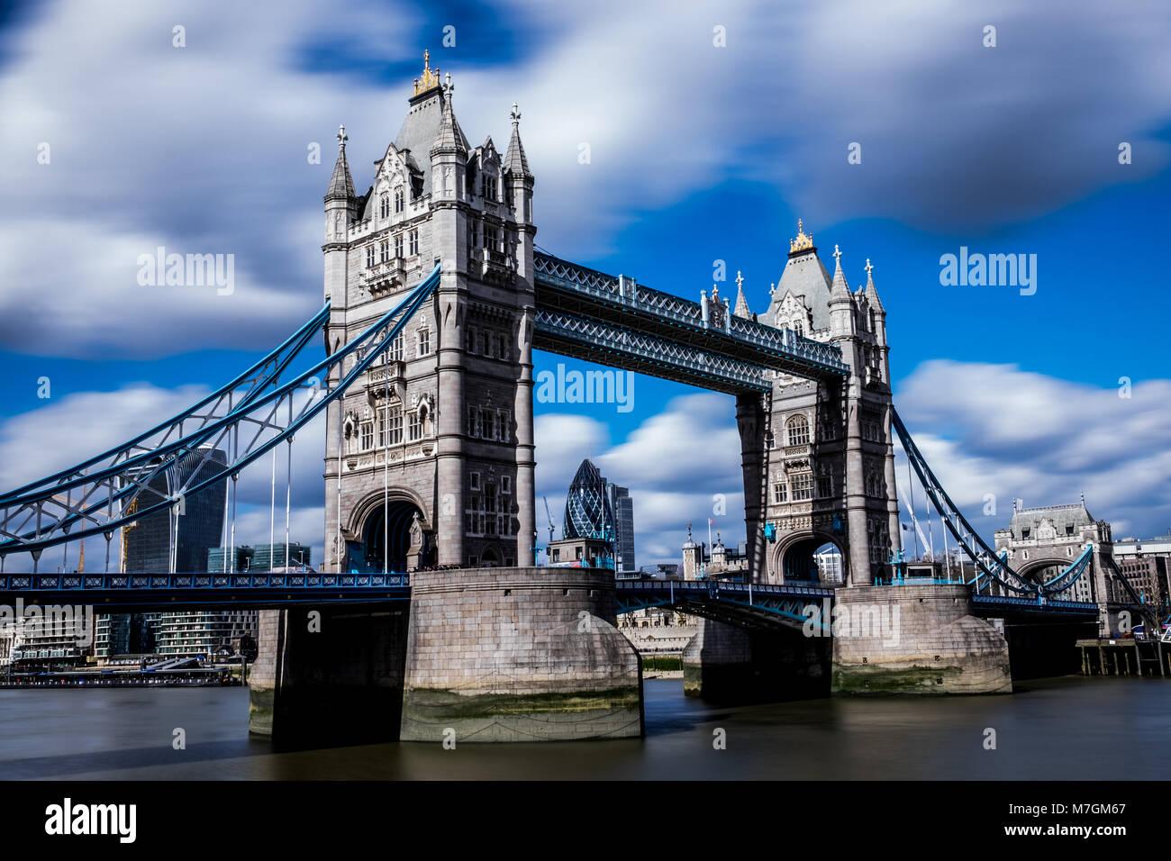 Low angle long exposure of Tower Bridge sur la Tamise à Londres UK Banque D'Images