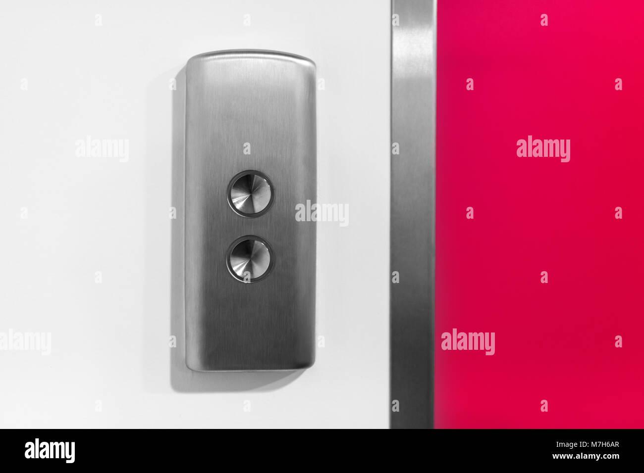 Metal Bouton d'ascenseur sur le mur blanc Photo Stock