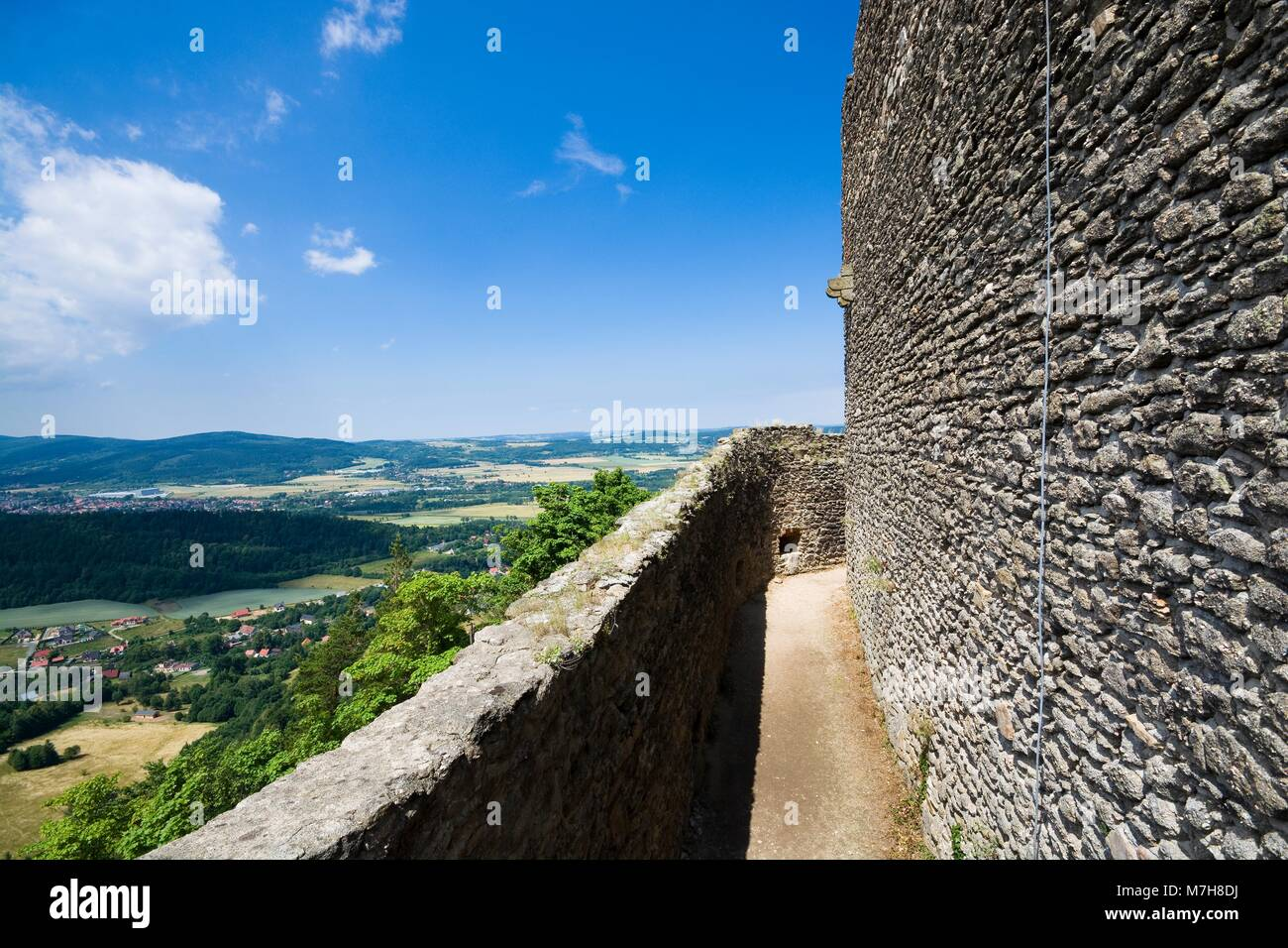 Vue des ruines du château Chojnik médiéval situé en haut d'une colline recouverte de forêt à Jelenia Gora, Pologne Banque D'Images