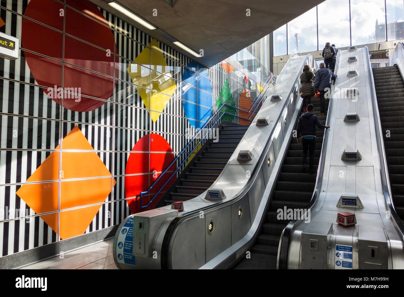 Daniel Buren Larges Rayures De Motifs Geometriques Et A La Station De Metro Tottenham Court Road Londres Uk Photo Stock Alamy