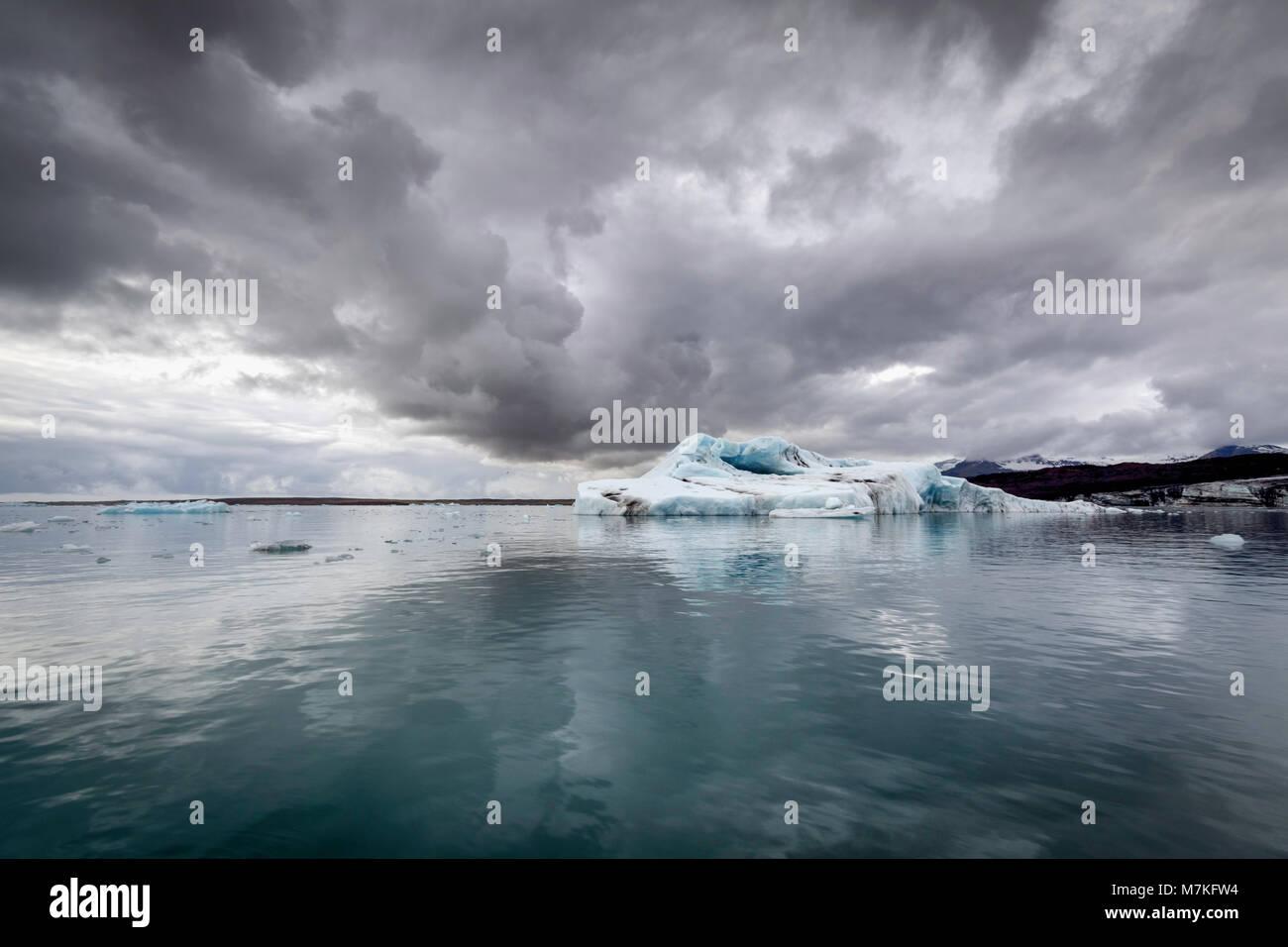 Nuages spectaculaires reflétées dans l'eau glacée de la glacier Vatnajokul prises à partir Photo Stock