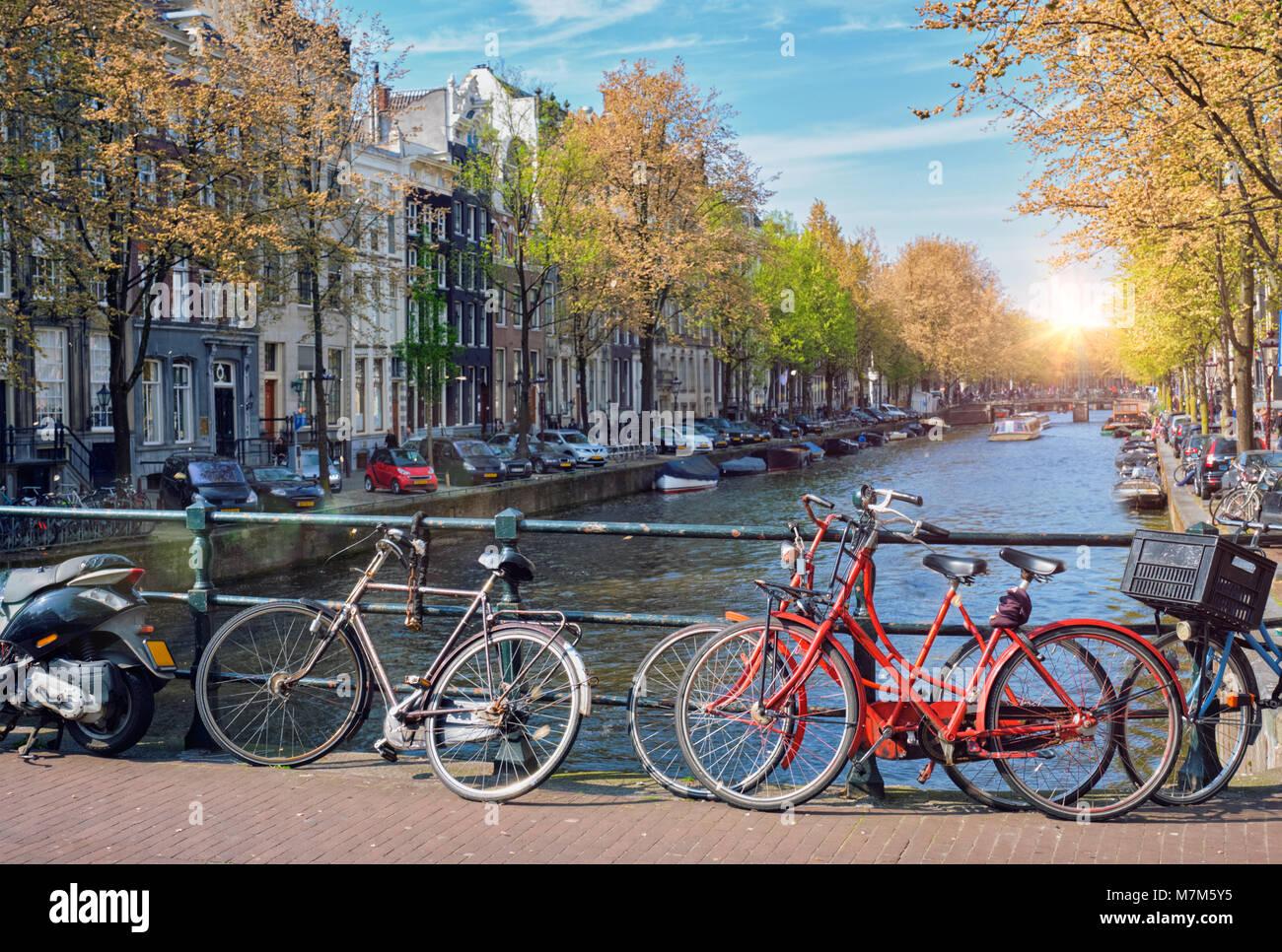 Amsterdam canal, pont et maisons de la cité médiévale Banque D'Images