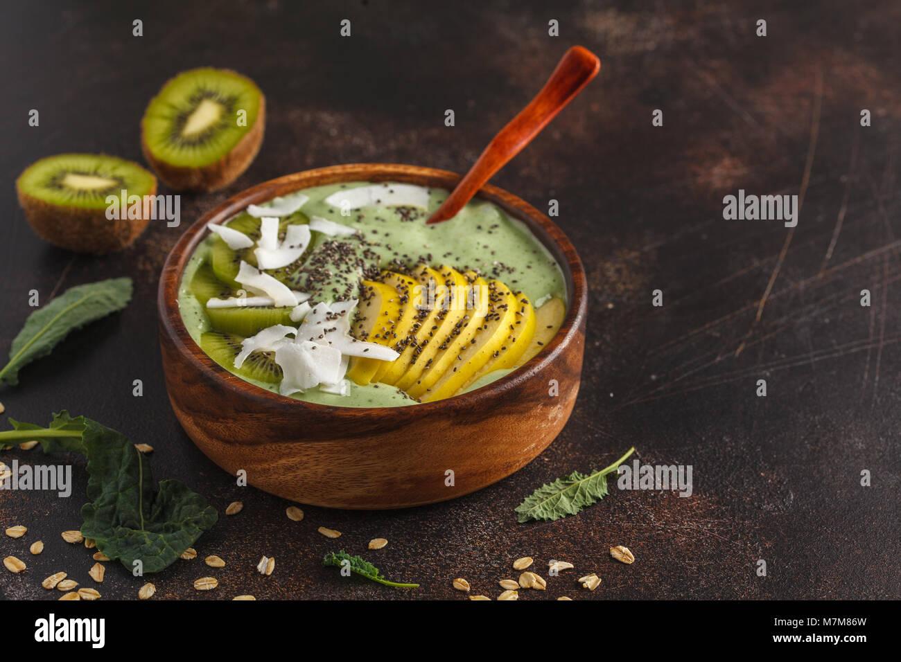 Kale vert smoothie vegan bol avec la noix de coco, Chia, Apple et les kiwis. La nourriture végétalienne Photo Stock
