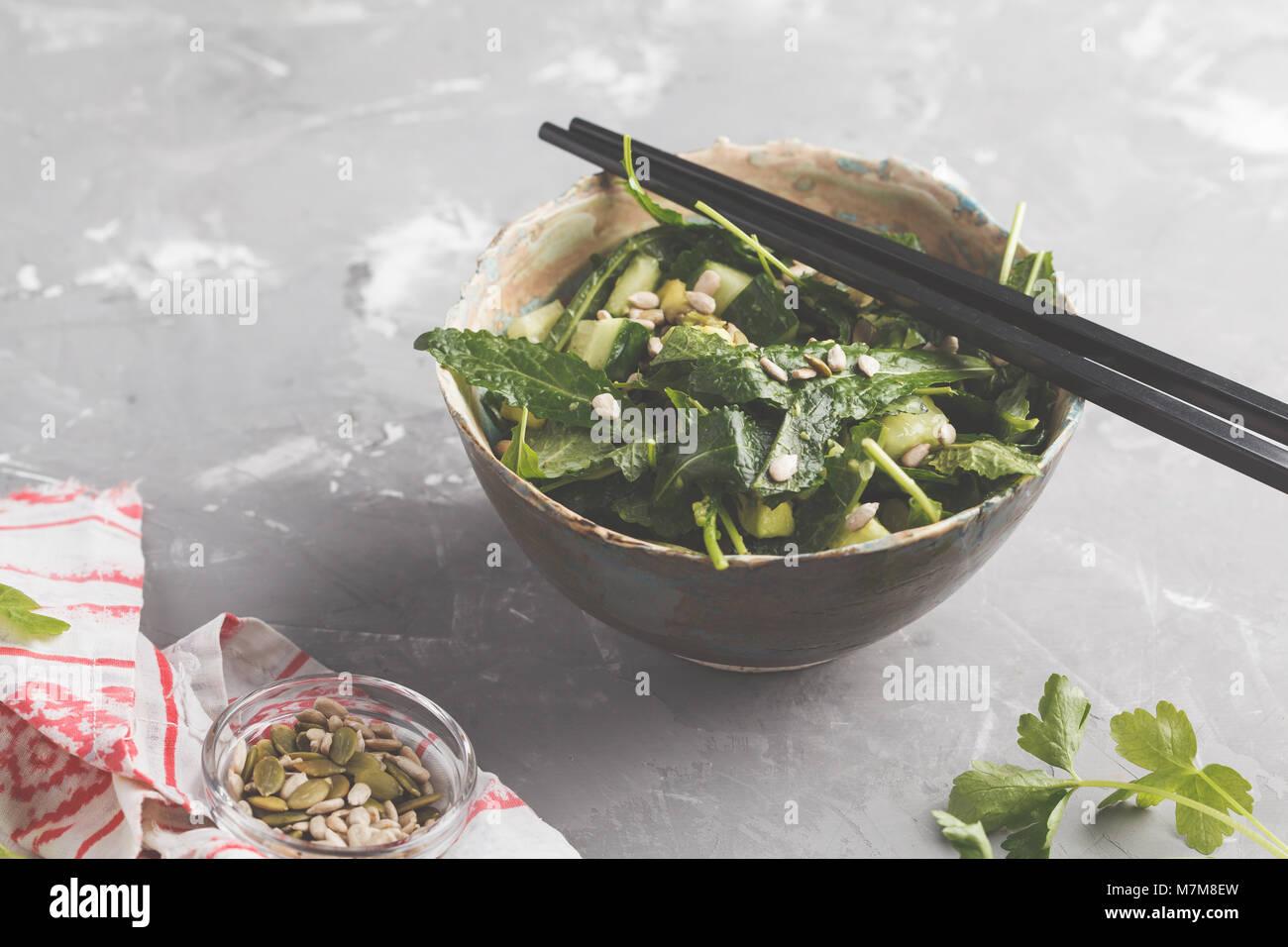 Kale végétalien vert, le concombre, les graines de tournesol de la salade. Concept alimentaire végétarien Photo Stock