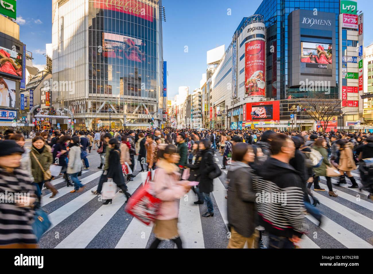 24 DÉCEMBRE 2012 - TOKYO, JAPON: Les piétons traversent croisement de Shibuya, l'un des plus Photo Stock