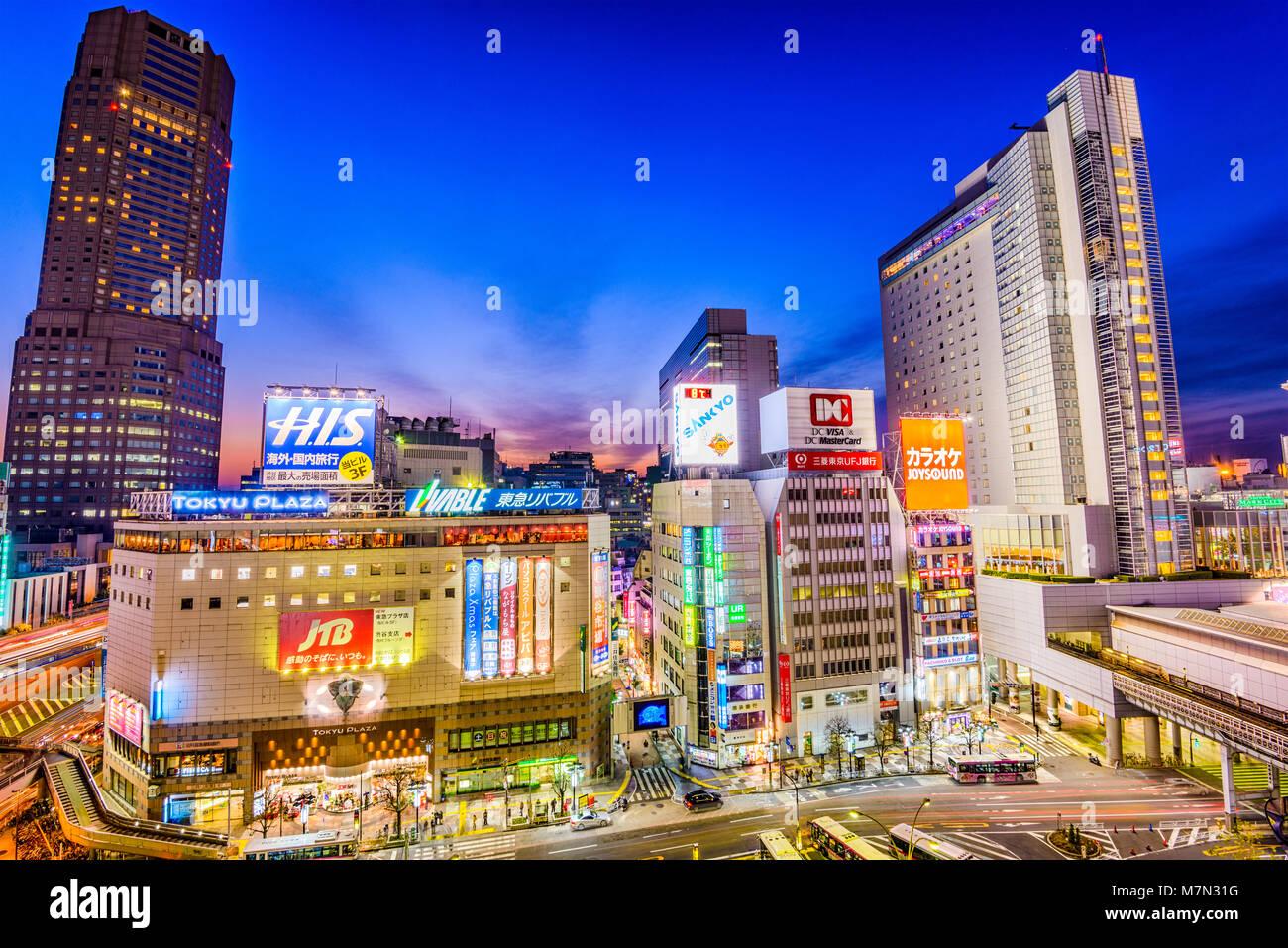 TOKYO, JAPON - 24 décembre 2012: le paysage urbain du quartier de Shibuya, au crépuscule. Le quartier Photo Stock