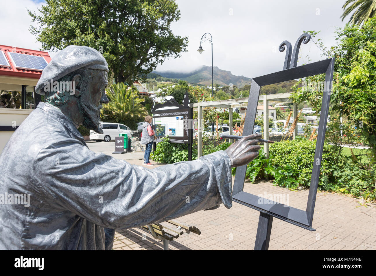 'Artiste avec la sculpture de palette, Rue Lavaud, Akaroa, la péninsule de Banks, région de Canterbury, Photo Stock