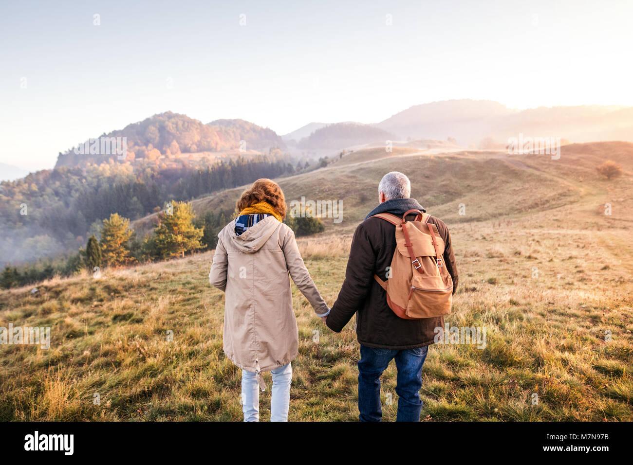 Couple sur une promenade dans une nature d'automne. Photo Stock