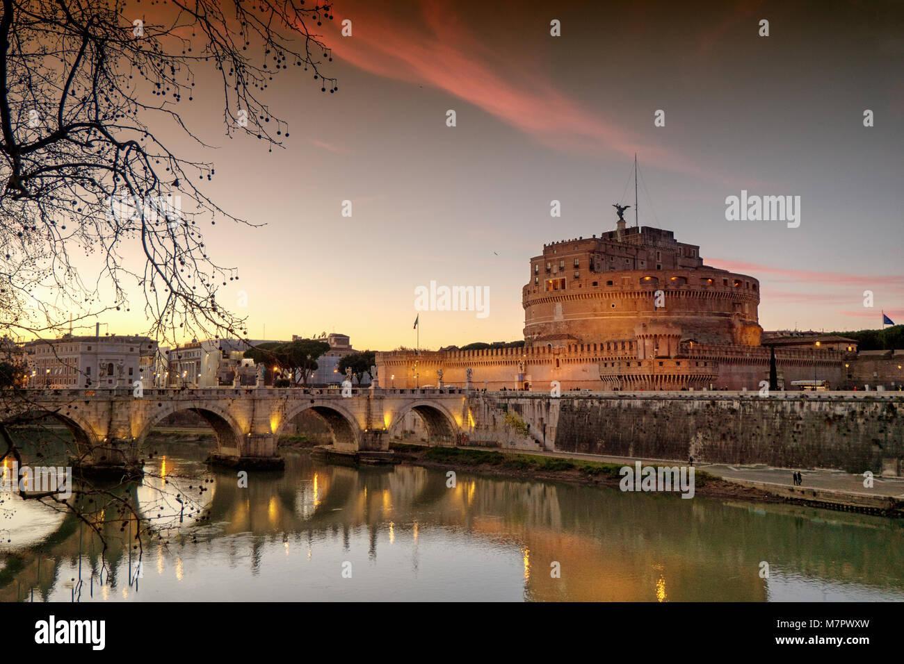 Coucher de soleil au château Saint Ange à Rome, Italie Banque D'Images