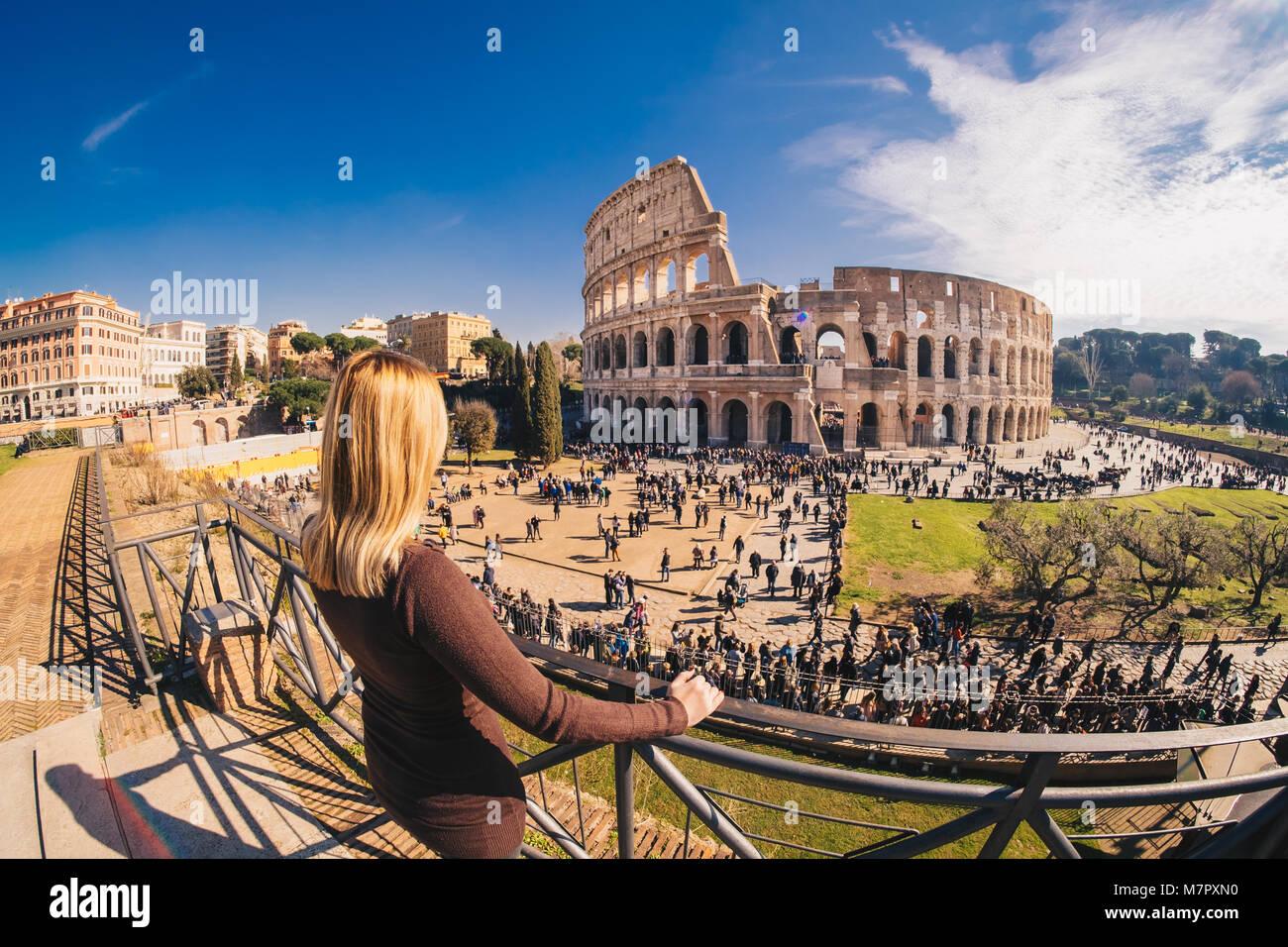 Female traveler veillant sur le Colisée à Rome, Italie Photo Stock