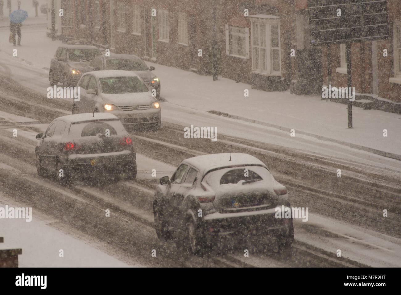 Le chaos dans la circulation avec des voitures britanniques voyageant le long de la route couverte de neige pendant un blizzard Banque D'Images