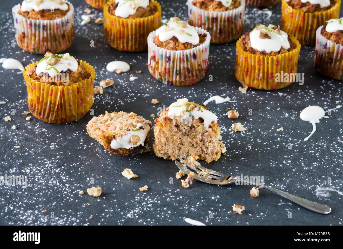 Muffins Noix de coco et de carottes maison. Photo Stock