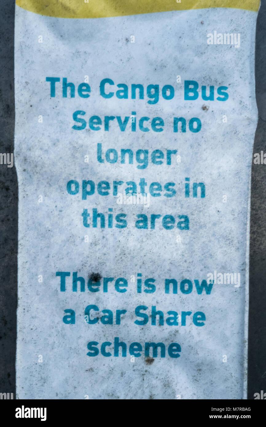Avis dans un village Hampshire indiquant que le service de bus local a été remplacée par une voiture Photo Stock