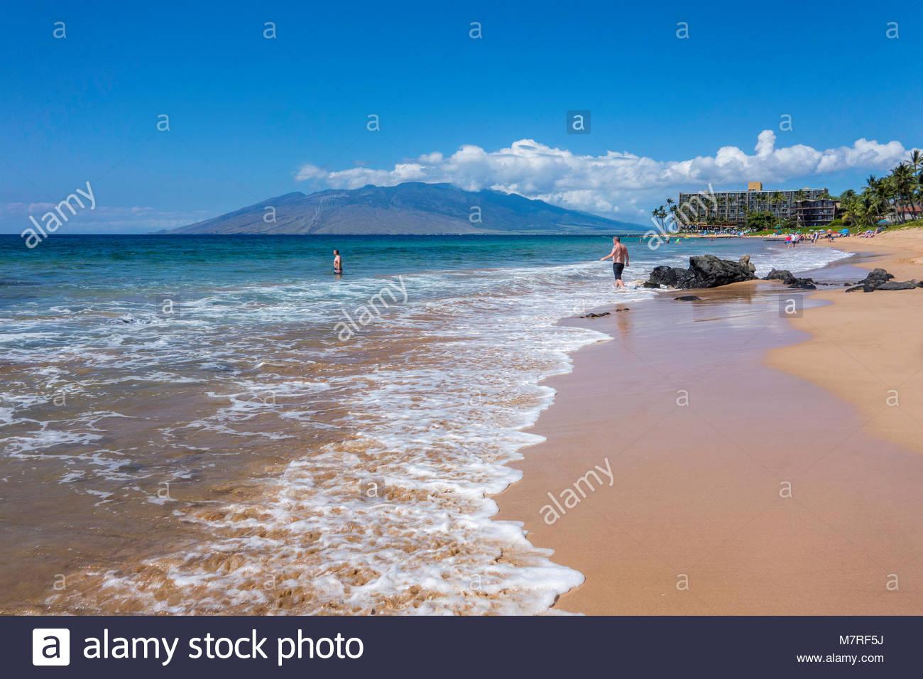 Keawakapu Beach une plage de sable bordée de palmiers avec une douce polynésienne surf sur l'île Photo Stock