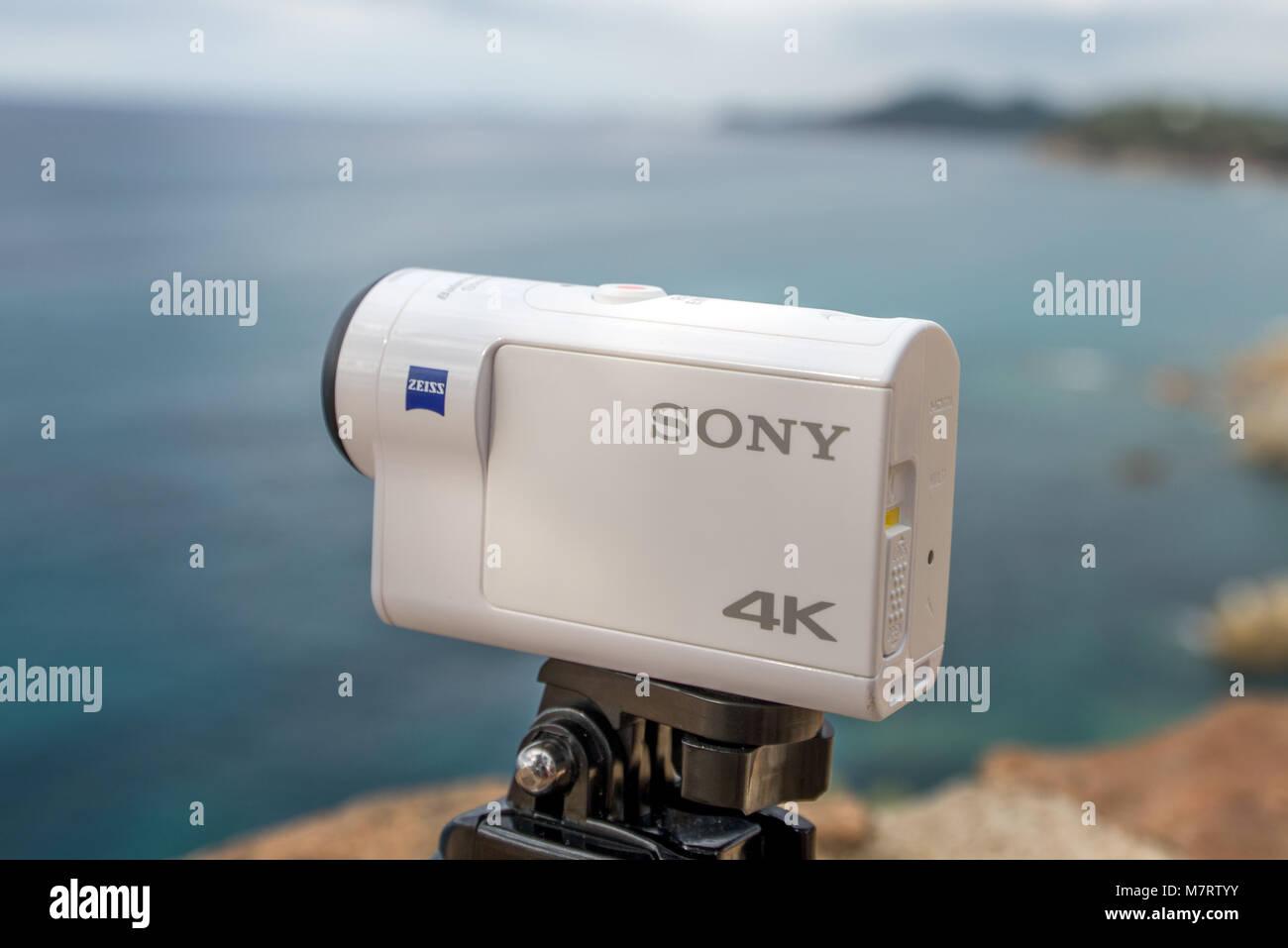 Espagne Lloret de Mar Septembre 2017. Caméra d'action x Sony 3000 contre la mer. Rédaction d'illustration. Photo Stock