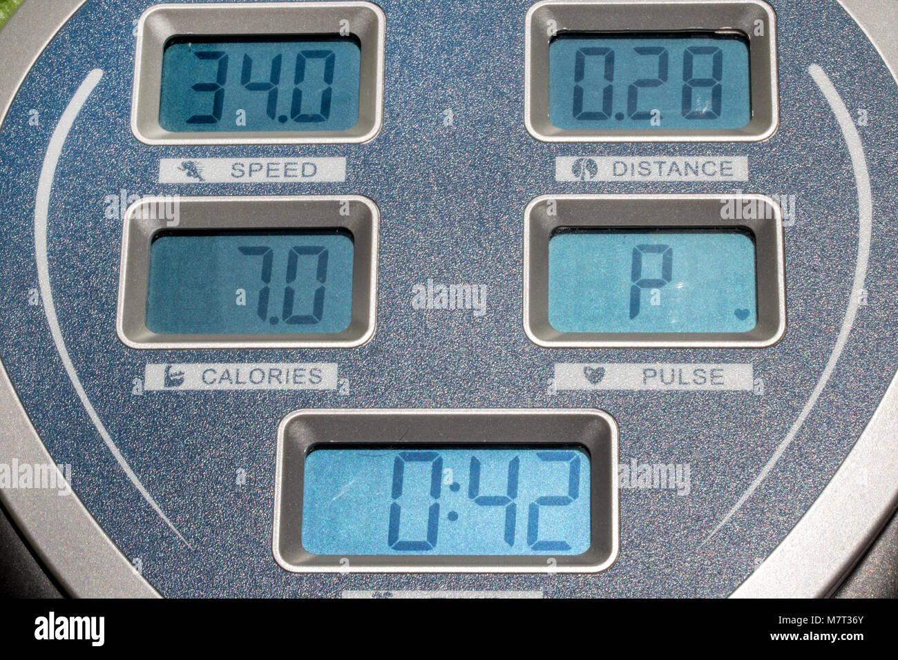 Le panneau d'affichage sur la machine d'exercice. L'écran affiche vitesse, temps, distance et calories Photo Stock