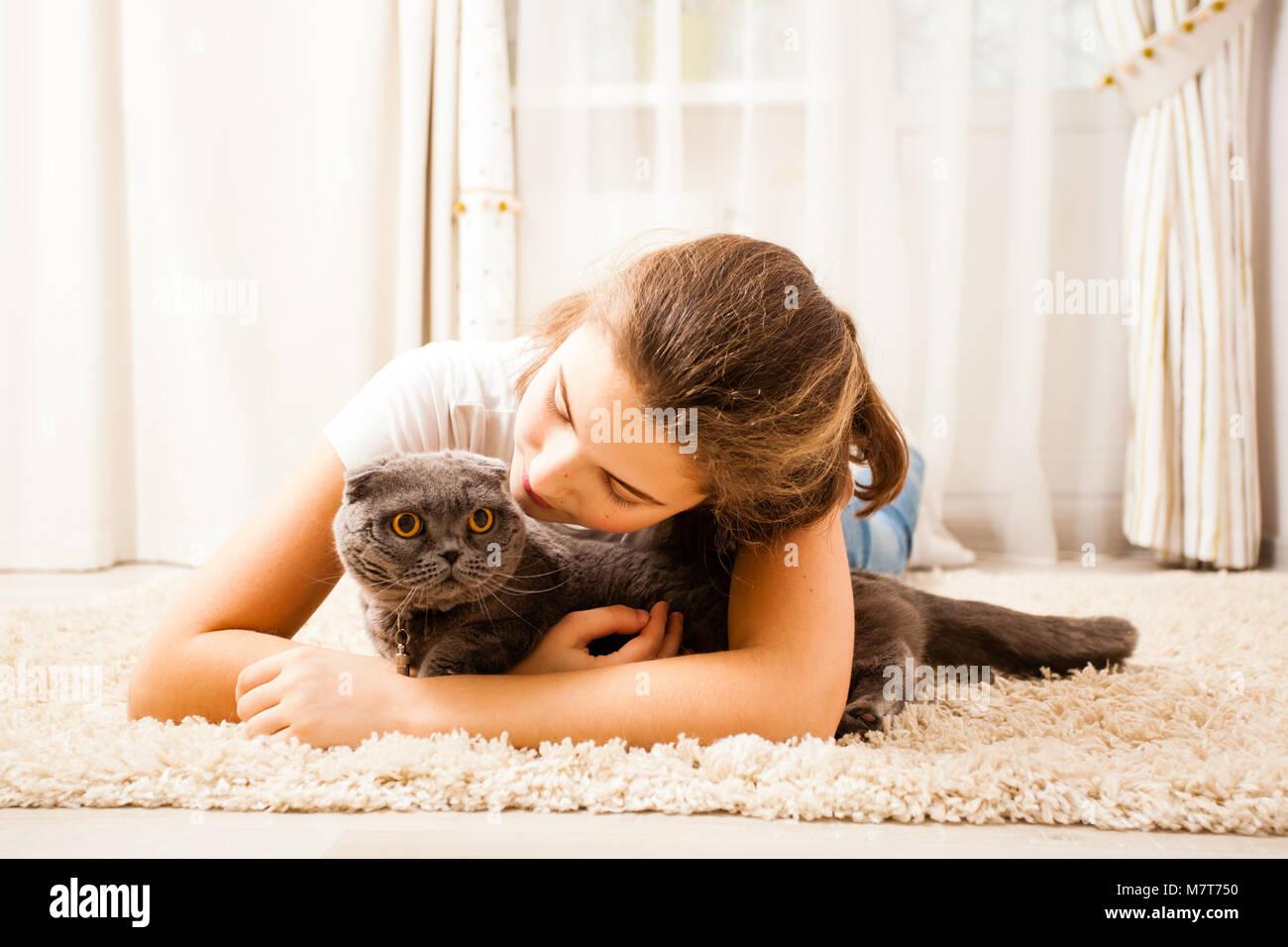 Fille avec chat écossais Photo Stock