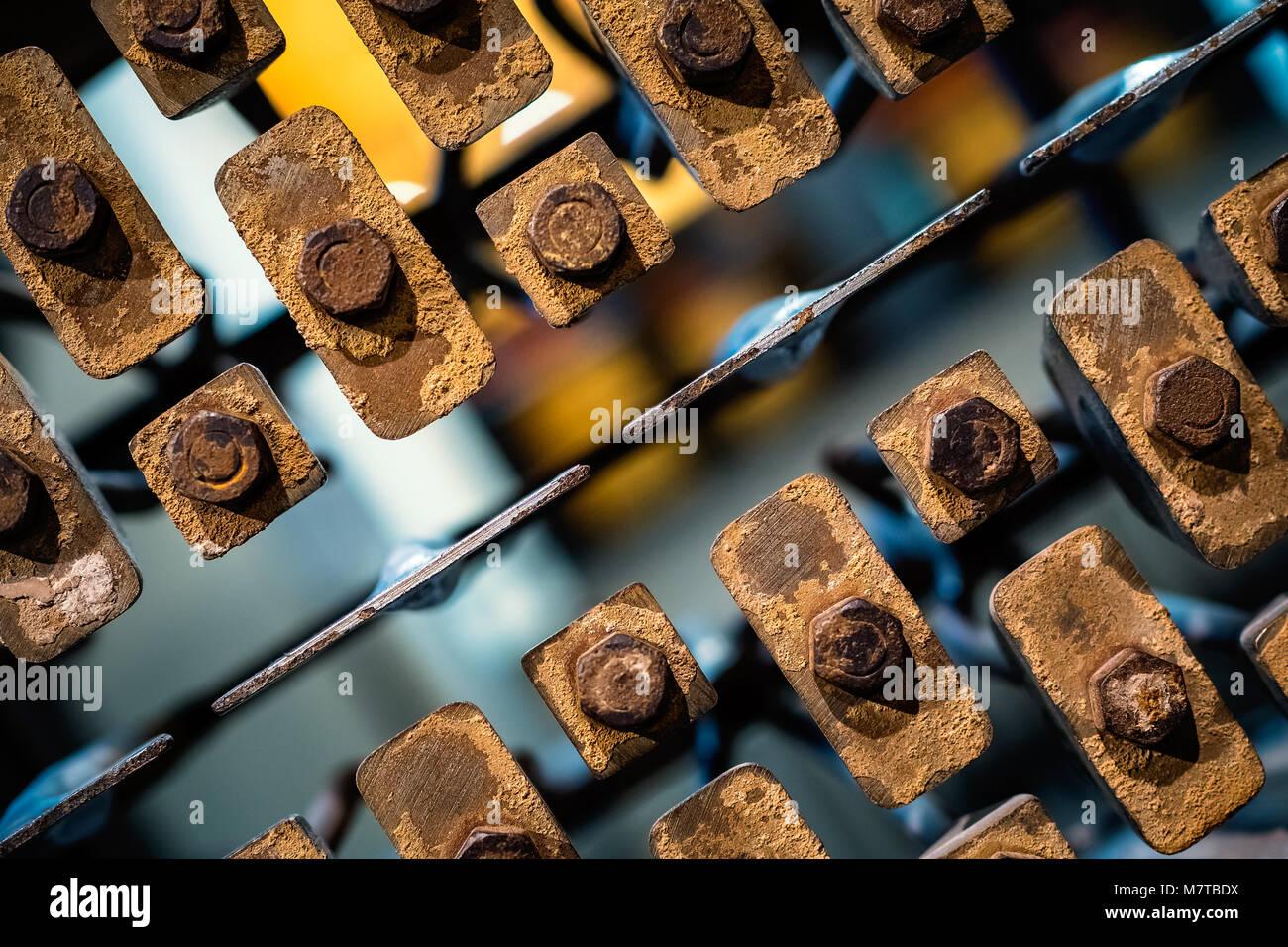 Un outil de création de modèle (trous) dans les briques en cours de fabrication Photo Stock