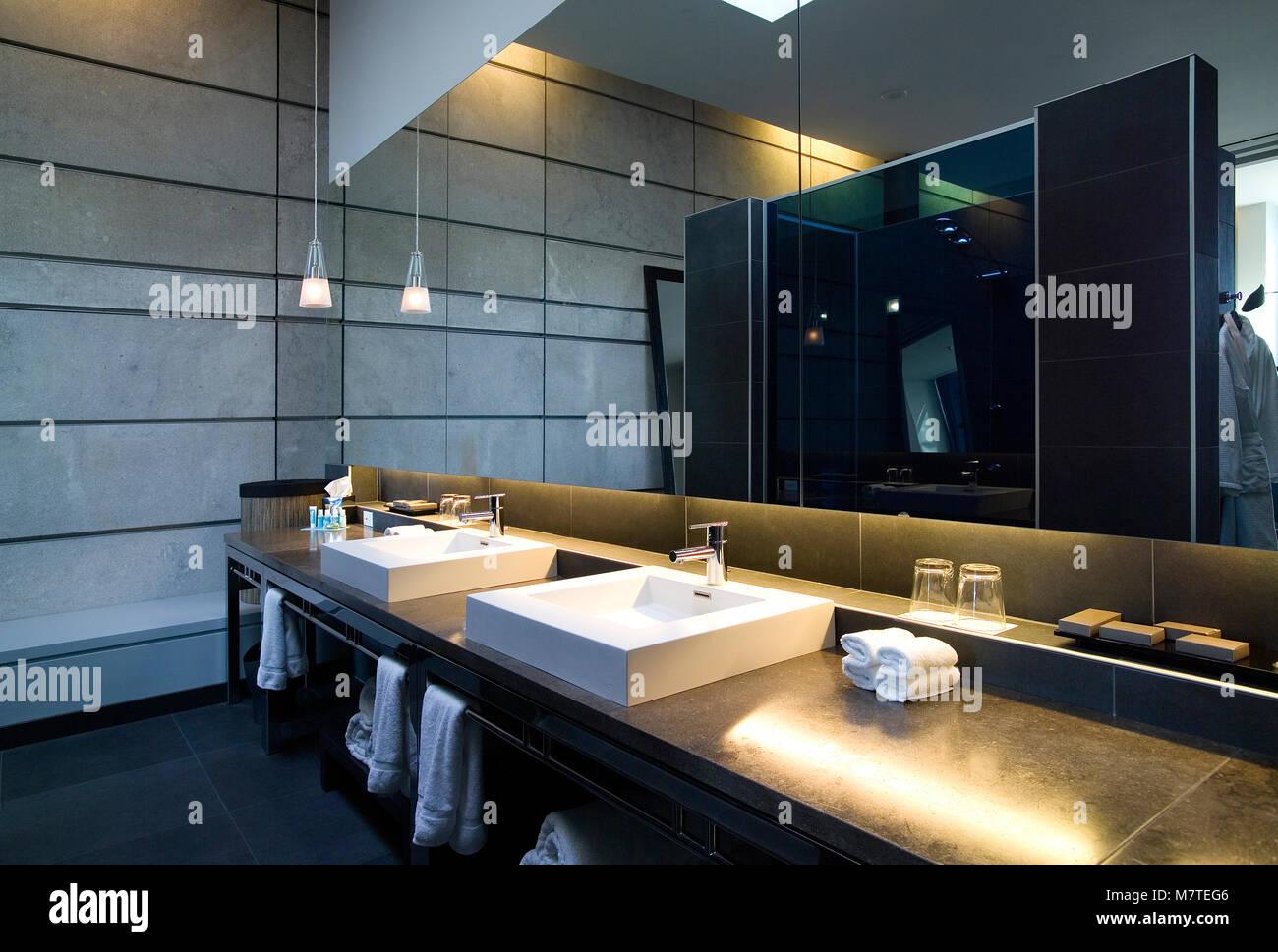 Salle de bain avec tuiles gris foncé, blanc vasque et miroir ...