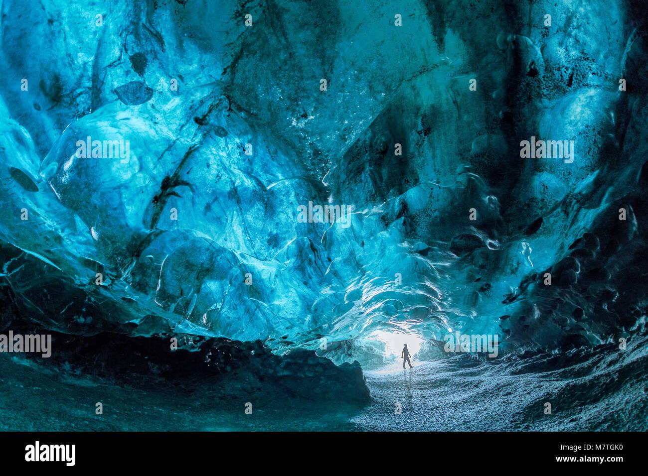 Intérieur d'une grotte de glace bleue à la Glacier de Vatnajokull, le plus grand glacier d'Europe, à proximité, l'Islande Jokulsarlon Banque D'Images