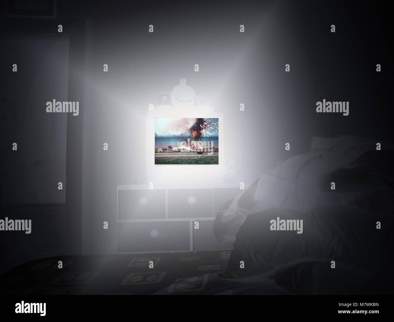 Thriller à la télévision dans une chambre sombre Photo Stock