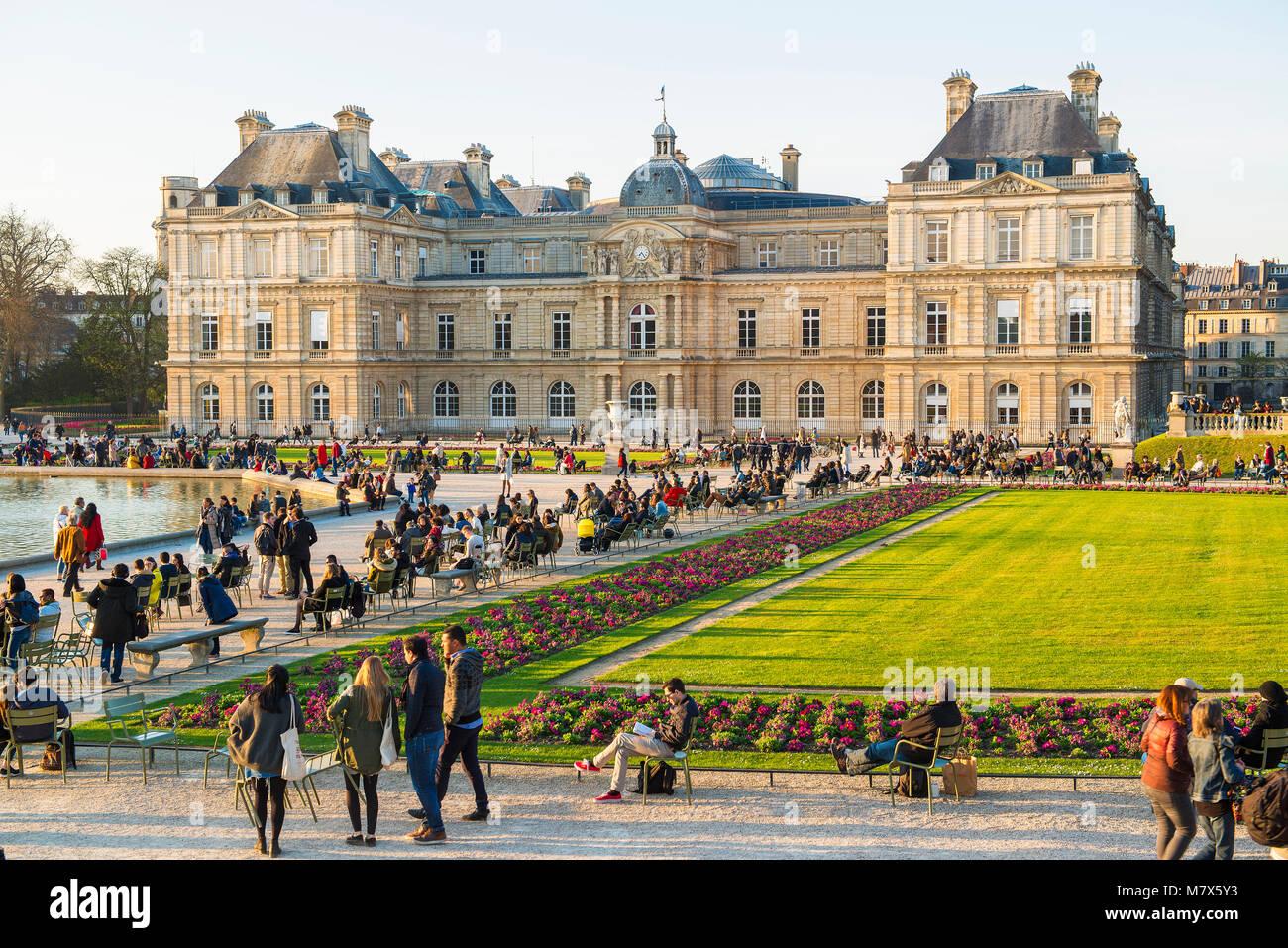 Paris France Jardins Du Palais Du Luxembourg Qui Abrite Le
