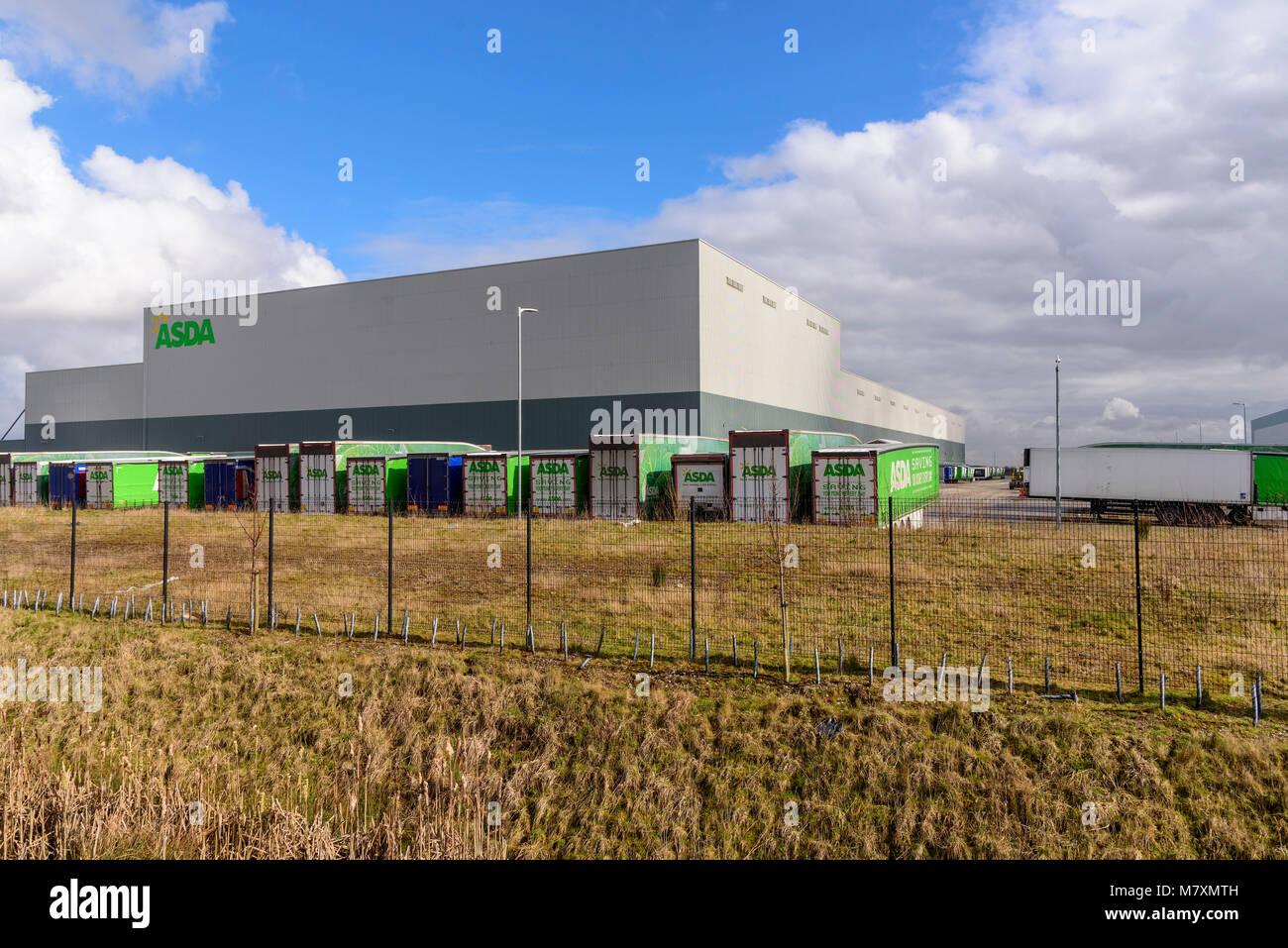 Un énorme entrepôt de distribution Asda sur le développement d'Omega à Warrington. Photo Stock