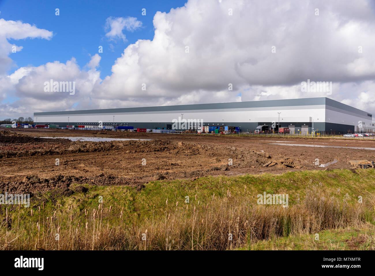 Un entrepôt de distribution massive de la Hutte sur le développement d'Omega à Warrington. Photo Stock