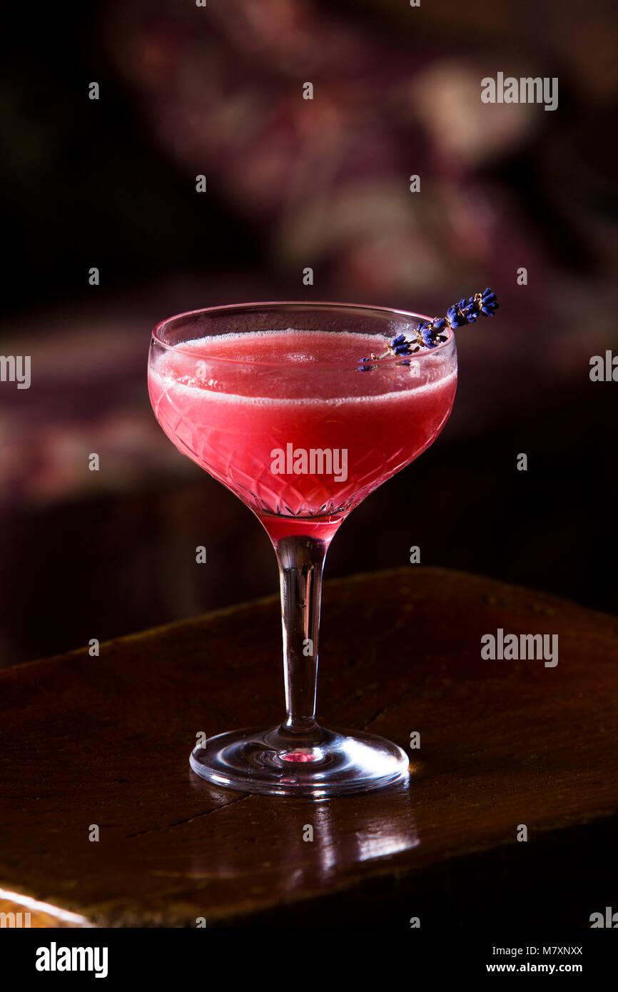 Cocktails sans alcool, alcool Daiquiri framboise cocktail gratuit en photo dans un bar-salon. Photo Stock