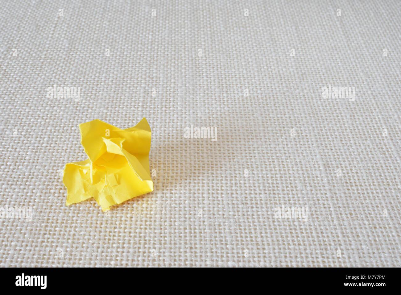 Petit papier froissé jaune blanchâtre sur tissu toile Photo Stock