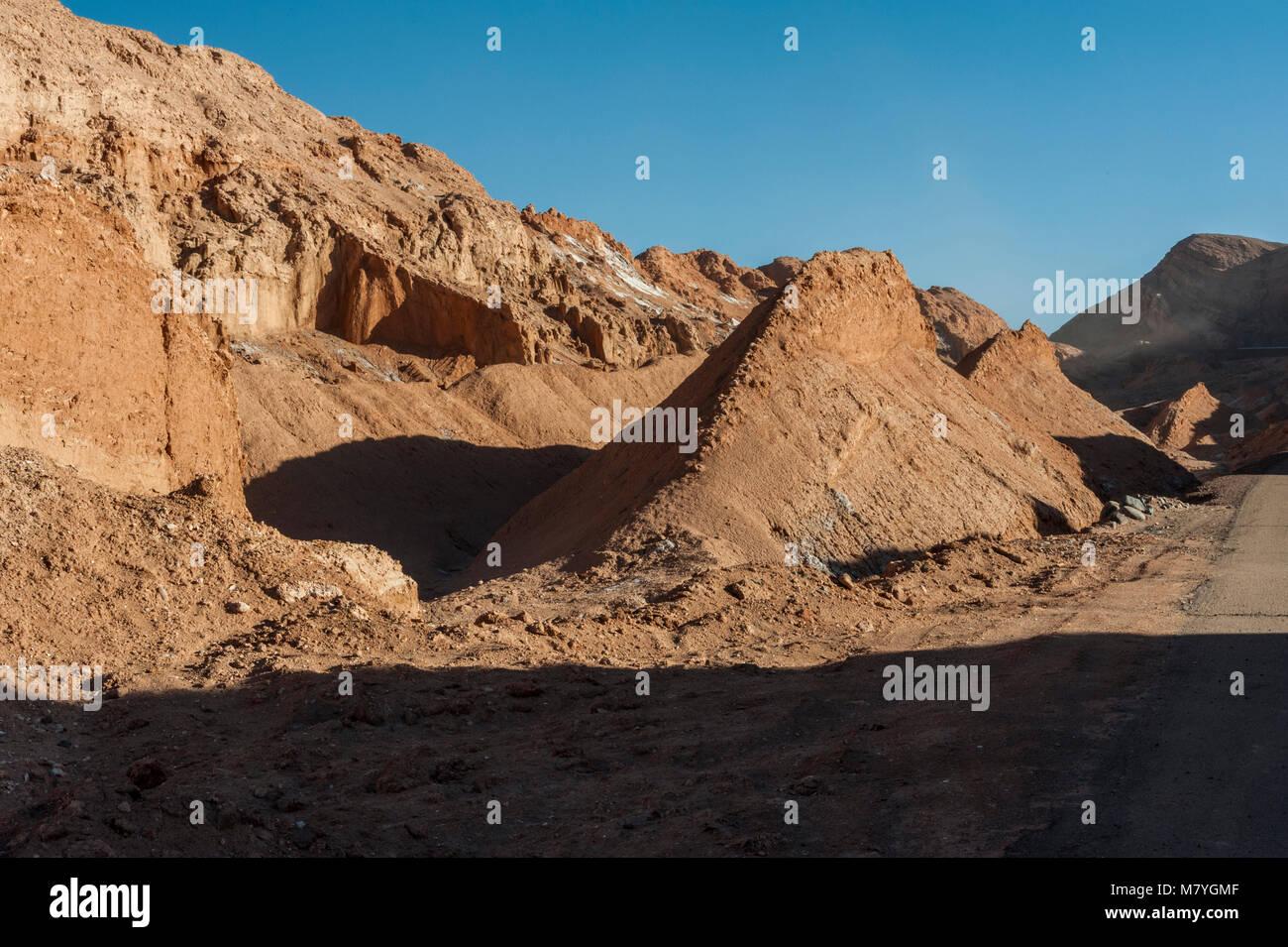 Vue de la Cordillera de la Sal, sel blanc émergeant de la roche saline, montagnes dans le désert d'Atacama, Chili Banque D'Images
