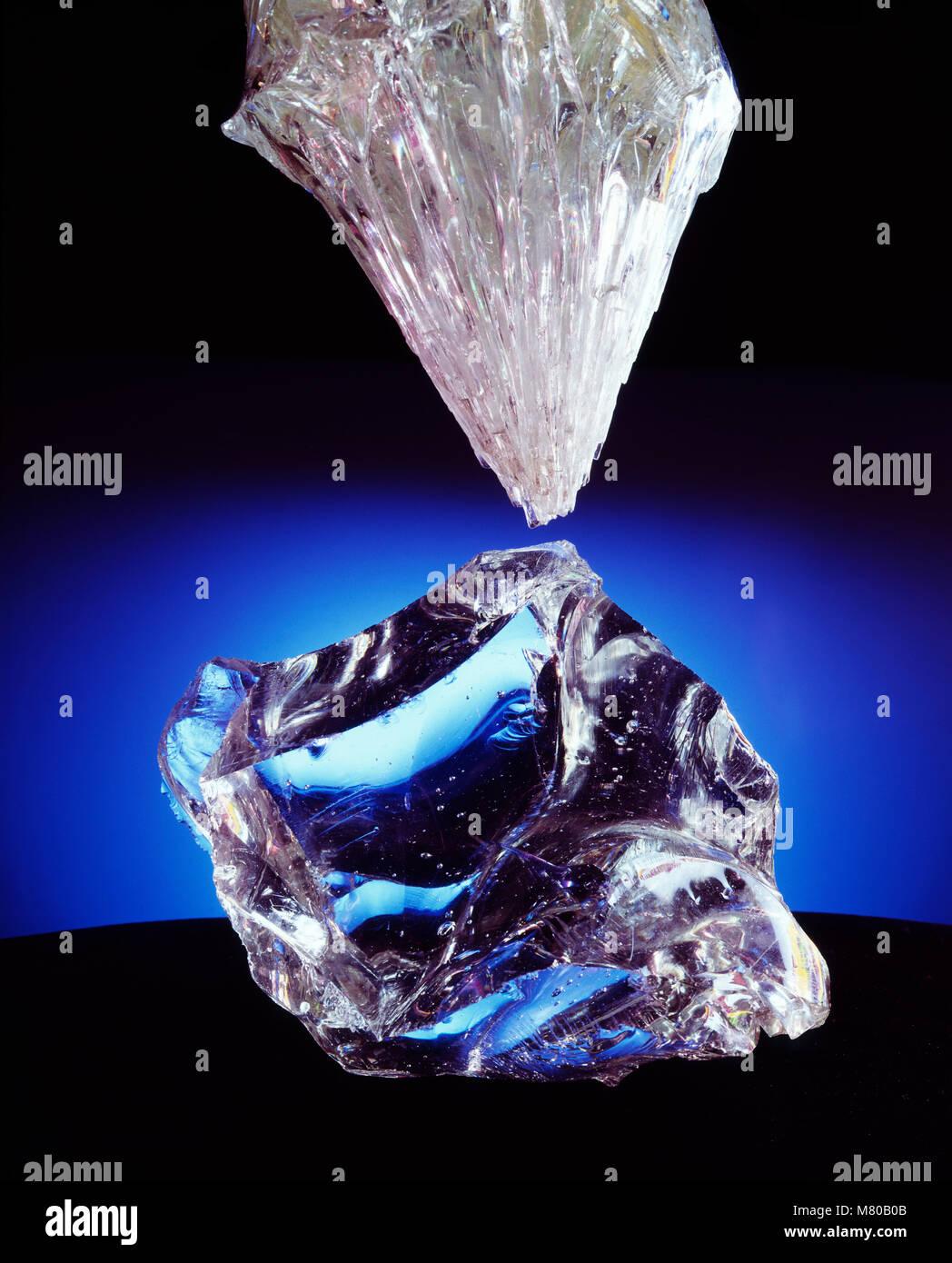 Deux spécimens de seiches en verre, dont l'un s'est refroidie dans un cône de fins cristaux et Photo Stock