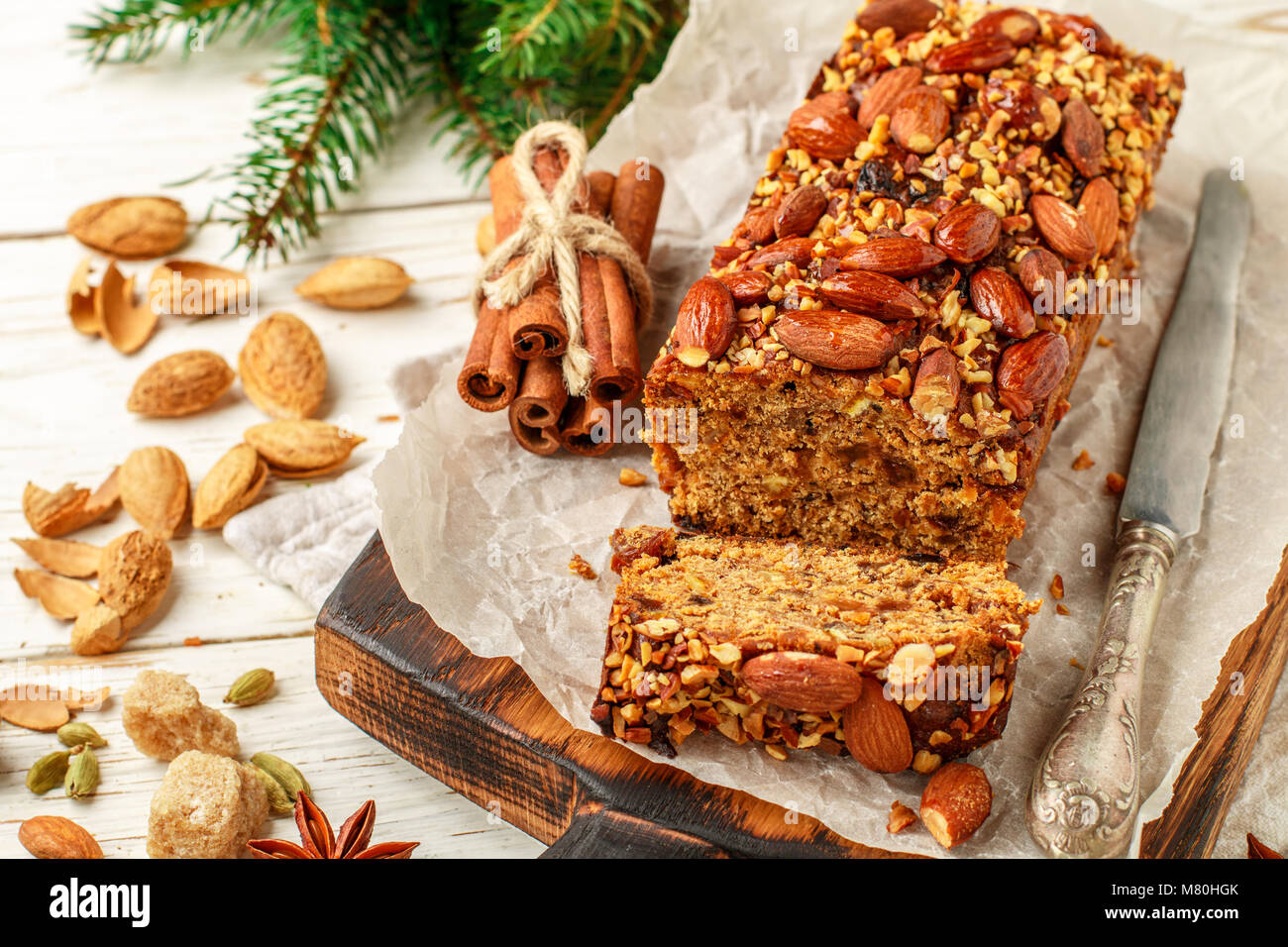Maison de vacances Maison de fête gâteau aux fruits avec des noix, des fruits et d'épices. Les Photo Stock
