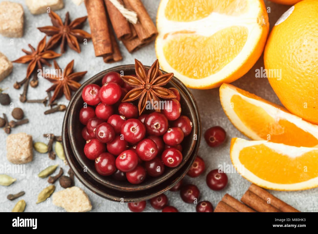 Ingrédients pour la cuisine épicée boissons traditionnelles hiver - canneberge, d'agrumes, cannelle, Photo Stock