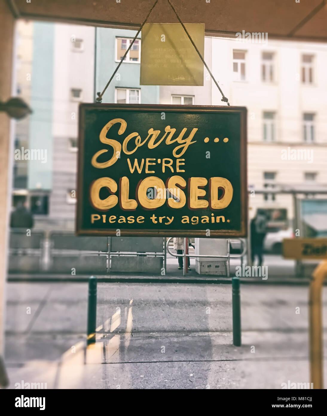 Désolés nous sommes fermés signe sur la porte de verre de restauration rapide Photo Stock