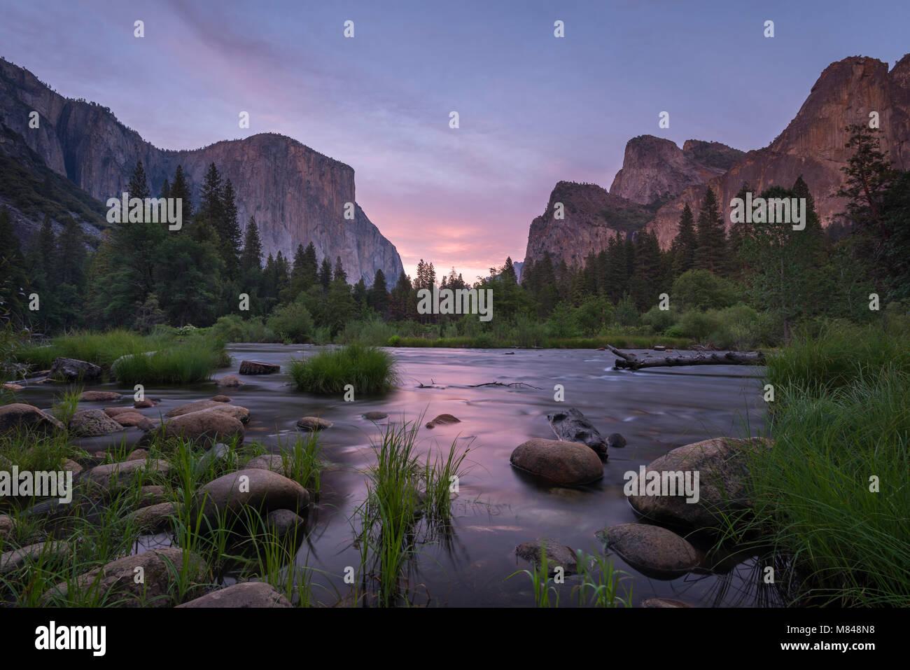 Vallée de Yosemite et la rivière Merced au crépuscule, Yosemite National Park, California, USA. Printemps Photo Stock