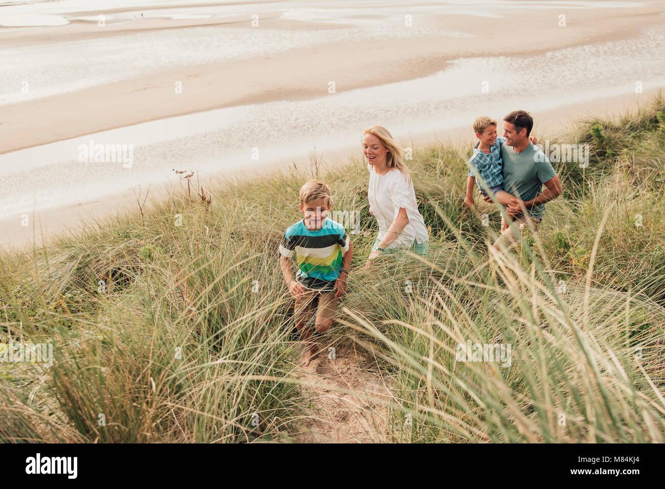 Portrait d'une famille de marcher dans les dunes de sable. Banque D'Images